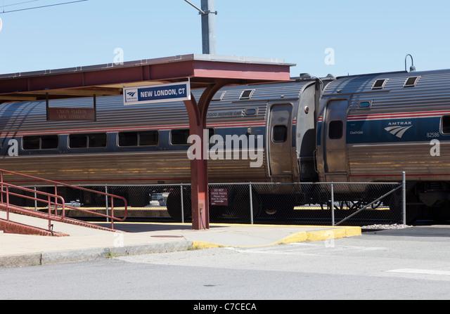 Ein südlicher Richtung Amtrak Northeast Regional Personenzug hält am Bahnhof in New London, Connecticut. Stockbild