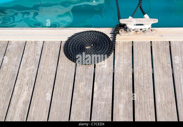 Holzsteg mit gewickelten Spiralseil und Bitt in der Marina Liegeplatz Stockbild