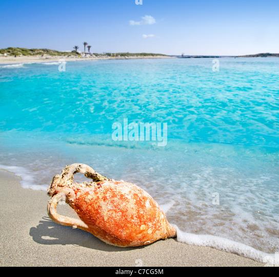 Amphoren aus römischen Kultur am türkisblauen Strand am Mittelmeer in Spanien Stockbild