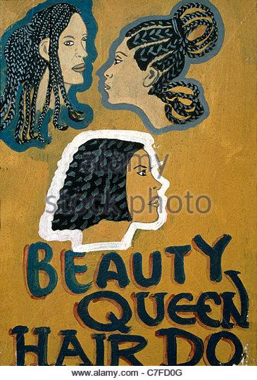 Schild mit Frisuren vor ein Beauty-Salon in Ghana Stockbild