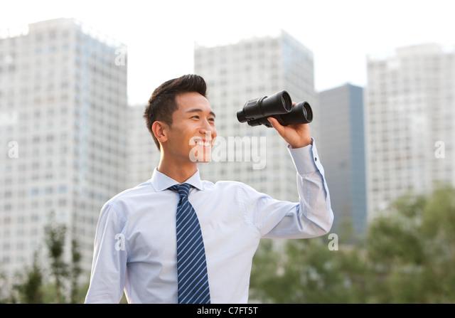 Geschäftsmann, schauen durch ein Fernglas Stockbild