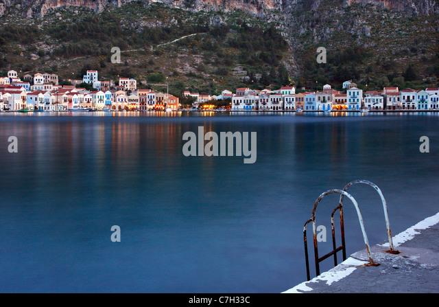 Eine Leiter für Schwimmer in den malerischen Hafen von Kastellorizo Insel, Dodekanes, Griechenland. (Langzeitbelichtung Stockbild