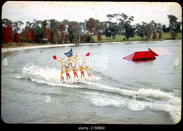 akrobatische Skifahrer Florida 1950er Jahre See Frauen Farbe Wasserrutsche Stockbild