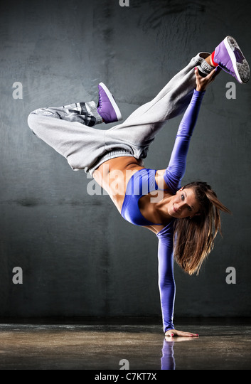 Junge Frau Tänzerin auf Wand Hintergrund. Stockbild