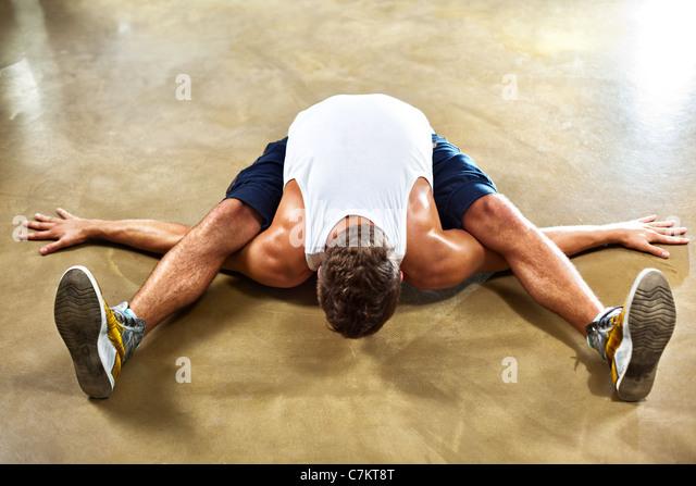 Junger Mann Sport Dehnübungen. Stockbild