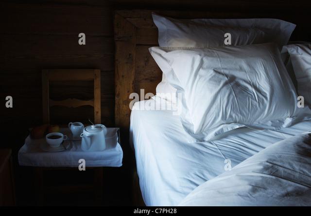 Tablett mit Frühstück Essen vom Bett Stockbild