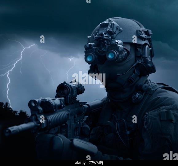 Spezielle Operationen Kräfte Soldat mit Nachtsicht und einem Sturmgewehr HK416 ausgestattet. Stockbild