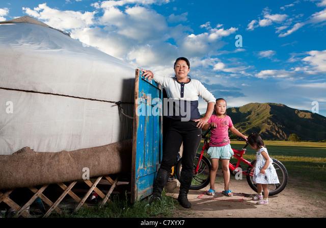 Mongolische Frau nehmen Pose mit Enkelinnen in ihrem Ger, Selenge, Mongolei Stockbild