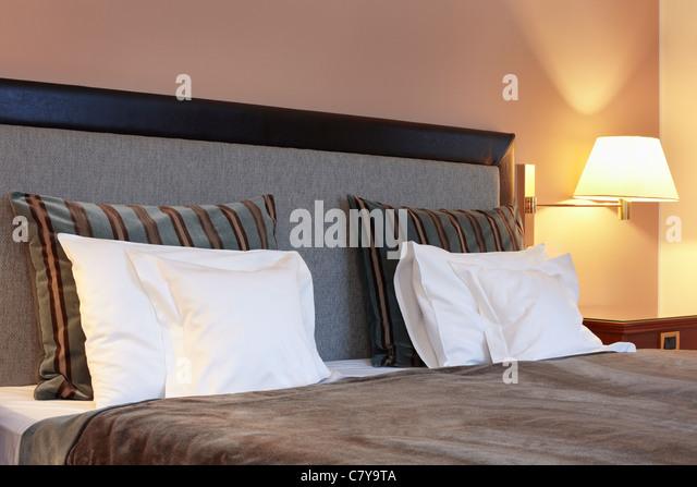 Hotelzimmer, Bett und Kissen Stockbild