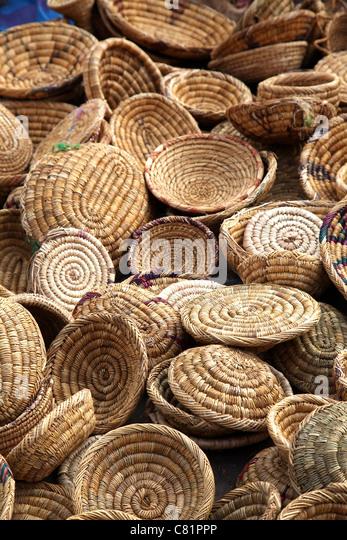 Wicker Schalen auf einem Marktstand Stockbild