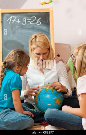 Familienangelegenheiten - Mutter, die ihren Kindern die Welt zu erklären; vermutlich ist sie ein Lehrer Stockbild