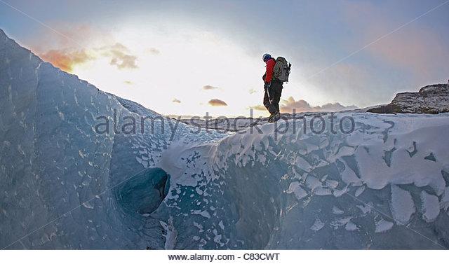 Mann zu Fuß auf Gletscher Stockbild