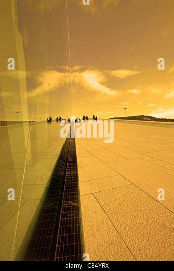 Reflexion in einem Glasbau bei Sonnenuntergang Stockbild