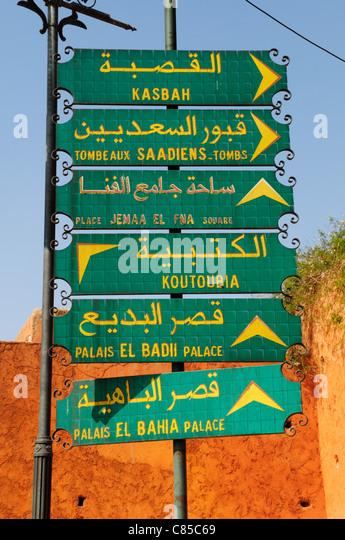Wegweiser zu den touristischen Attraktionen, Marrakesch, Marokko Stockbild