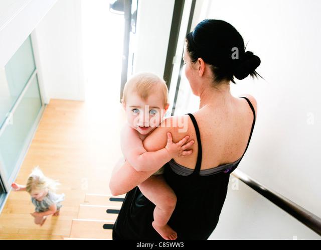 Mutter mit Kind die Treppe hinunter Stockbild