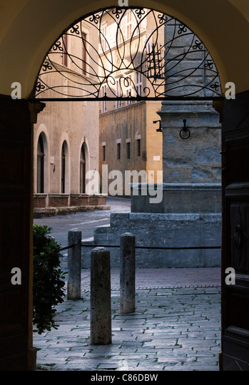 Straßenszene - Pienza, Toskana - am frühen Morgen Tür. Stockbild
