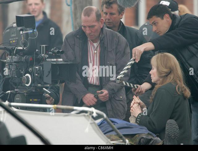 Pete Postlethwaite und Shirley MacLaine während der Dreharbeiten vor Ort für Sir Richard Attenborough Stockbild