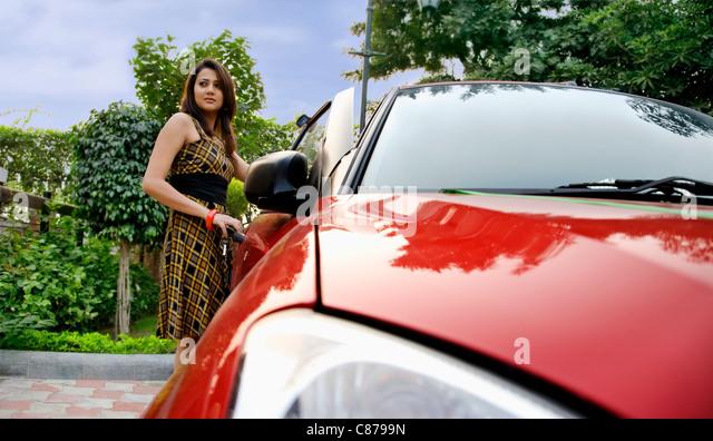 Frau stand neben einem Auto Stockbild