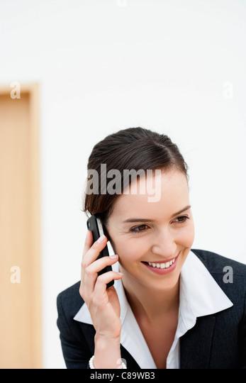 Deutschland, Bayern, Diessen am Ammersee, junge Geschäftsfrau telefonieren mit Handy, Lächeln Stockbild