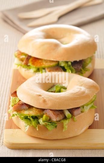 Rohe Gemüse und Hering Bagel Sandwich Stockbild