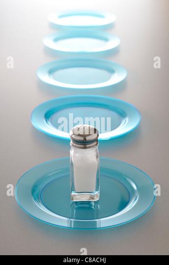 Saltceller und eine Reihe von blauen Platten Stockbild