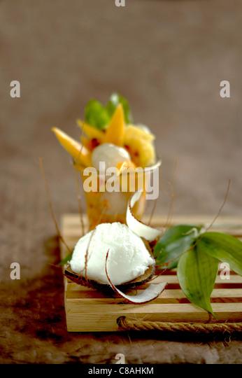 Kokos-Eis und exotischer Fruchtsalat Stockbild