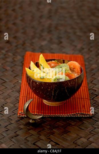 Exotischer Obstsalat mit Kokos Stockbild