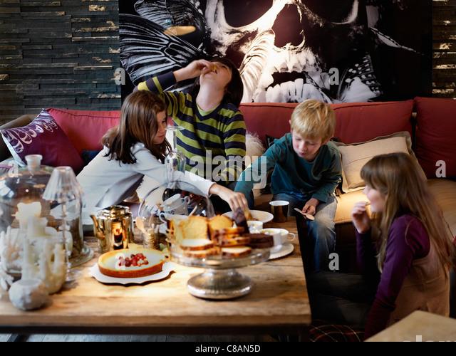 Kid es teatime Stockbild