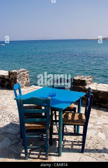 Tisch im Restaurant am Meer Stockbild