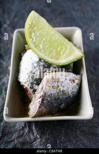 Rohe Sardinen mit Soja-Limetten-sauce Stockbild