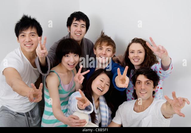 Gruppenbild von jungen Freunden zeigen, Peace-Zeichen Stockbild