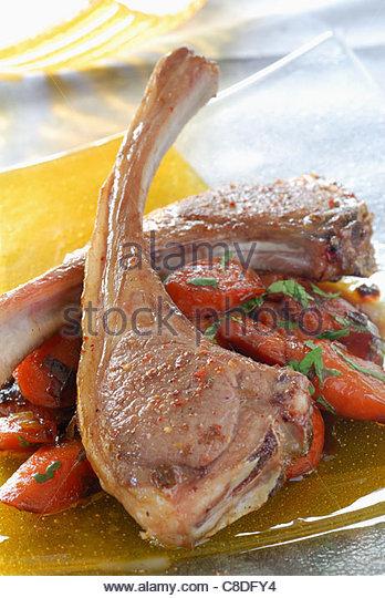 Lammkoteletts mit fünf Gewürzen, karamellisierten Karotten mit Honig und Gewürzen Stockbild