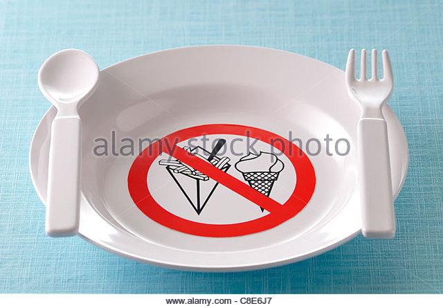 Platte dekoriert mit einem Schild verbieten Fette und süße Speisen Stockbild