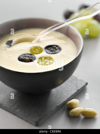 Kalte Knoblauchsuppe mit Trauben und Mandeln Stockbild