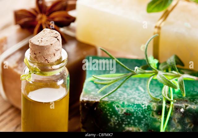 Stücke von Naturseife mit Kraut und Öl. Stockbild