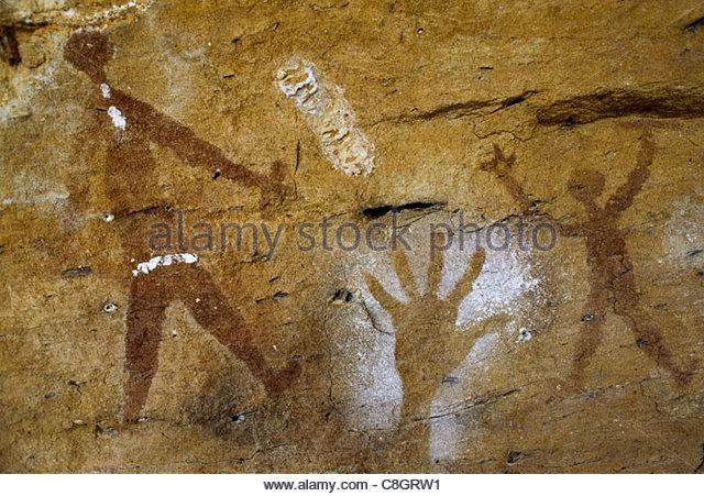 Alten Aborigine Höhlenmalereien von Menschenhand und Figuren. Stockbild