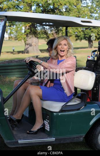 Englische Schauspielerin Jan Harvey fahren einen Golfbuggy im Patshull Park Hotel in Staffordshire Stockbild