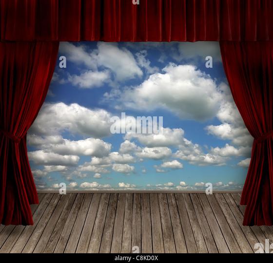 Rote Samtvorhänge und Himmelshintergrund Stockbild