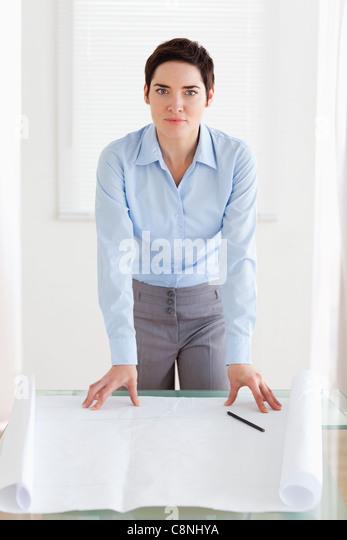 Geschäftsfrau mit einem architektonischen plan Stockbild