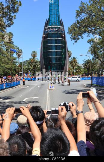 Massen von Menschen, die hinter einer Barrikade fotografieren der Königin Range Rover wie es geht den Glockenturm Stockbild