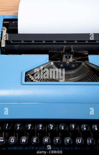 Nahaufnahme der Schreibmaschine mit Papier drin Stockbild