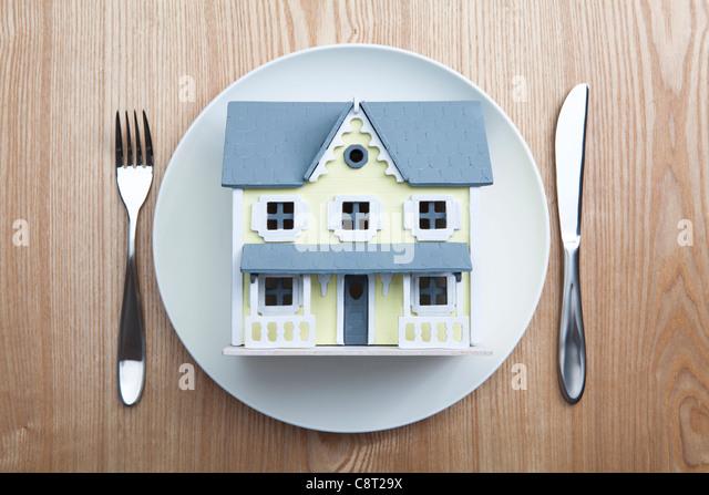 Draufsicht der Architekturmodell in Teller mit Gabel und Messer auf den Tisch gelegt Stockbild