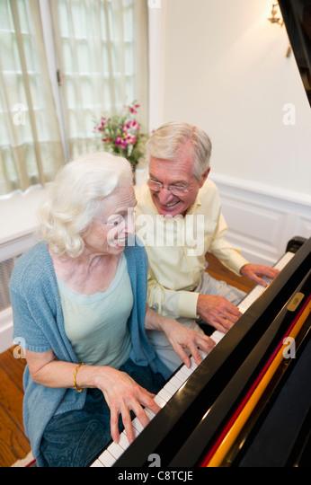 USA, New York State, Old Westbury, Senior paar Klavier zu spielen Stockbild