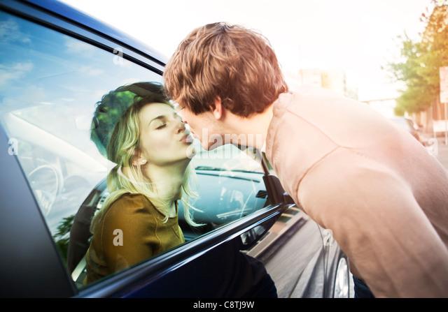 USA, Washington, Seattle, junge Paar küssen durch Fenster des Autos Stockbild