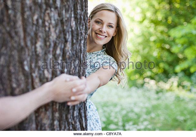 Paar halten Hände um Baum Stockbild