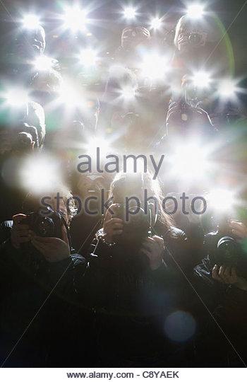 Paparazzi fotografieren mit Blitz Stockbild