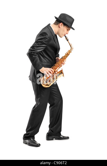In voller Länge Portrait eines jungen Mannes am Saxophon spielen Stockbild