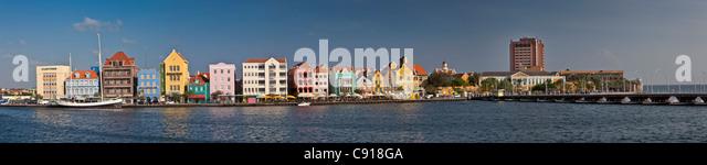 Curaçao, Karibik-Insel, Willemstad. Punda Viertel. Historische Häuser am Ufer. Stockbild