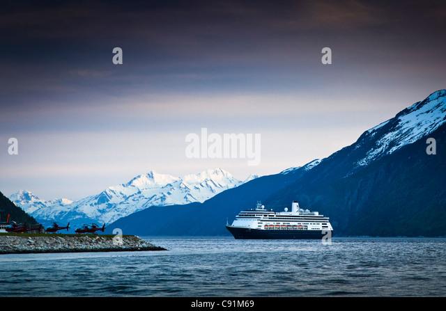 Holland America Kreuzfahrtschiff Volendam verlassen Hafen Skagway bei Dämmerung, Skagway, Südost-Alaska Stockbild