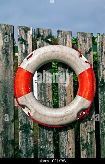 Rettungsring an einem Zaun aufgehängt Stockbild